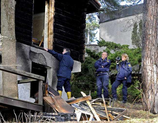 Doktor Åsas sambo har suttit häktad i över fem veckor misstänkt för att ha eldat ner 19-miljonersvillan i Danderyd.