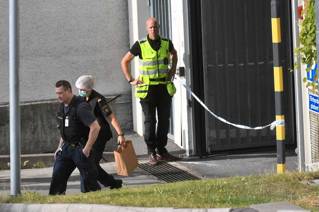 Polisens tekniker undersöker ett garage i anslutning till Östberga torg.