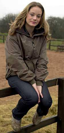 Jenna Franklin, 15, framför hästhagen i Mansfield i England där hon bor.  Jag vill vara nöjd med min kropp säger hon.