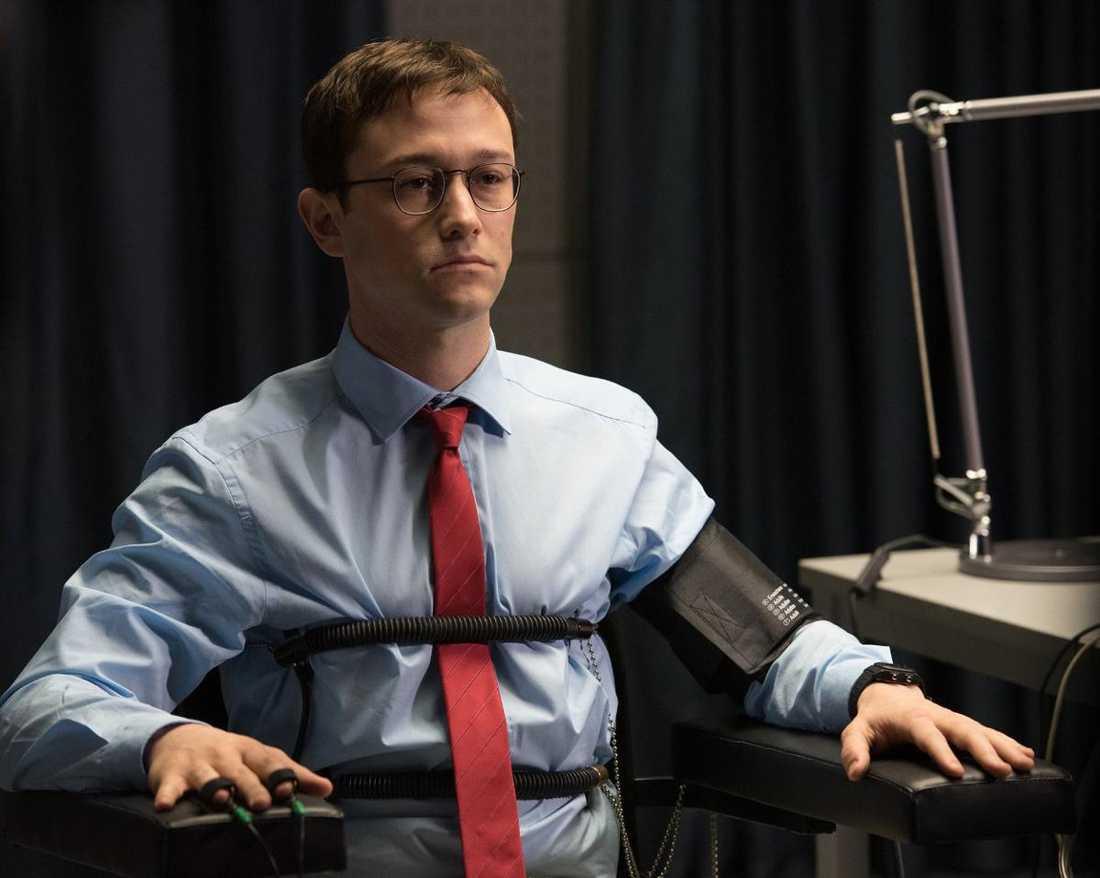 """Hyllar visselblåsaren Det är inte förvånande att Oliver Stone målar upp Edward Snowden som hjälten i sin nya film """"Snowden"""". Varenda bild, varannan replik signalerar det. I filmen spelar Joseph Gordon-Levitt visselblåsaren."""