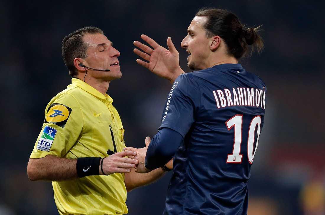 """UEFA-presidenten Michel Platini vill införa ett """"vitt kort""""i fotbollen. Det skulle delas ut till spelare som skäller på domaren och skulle innebära en 10 minuters utvisning."""