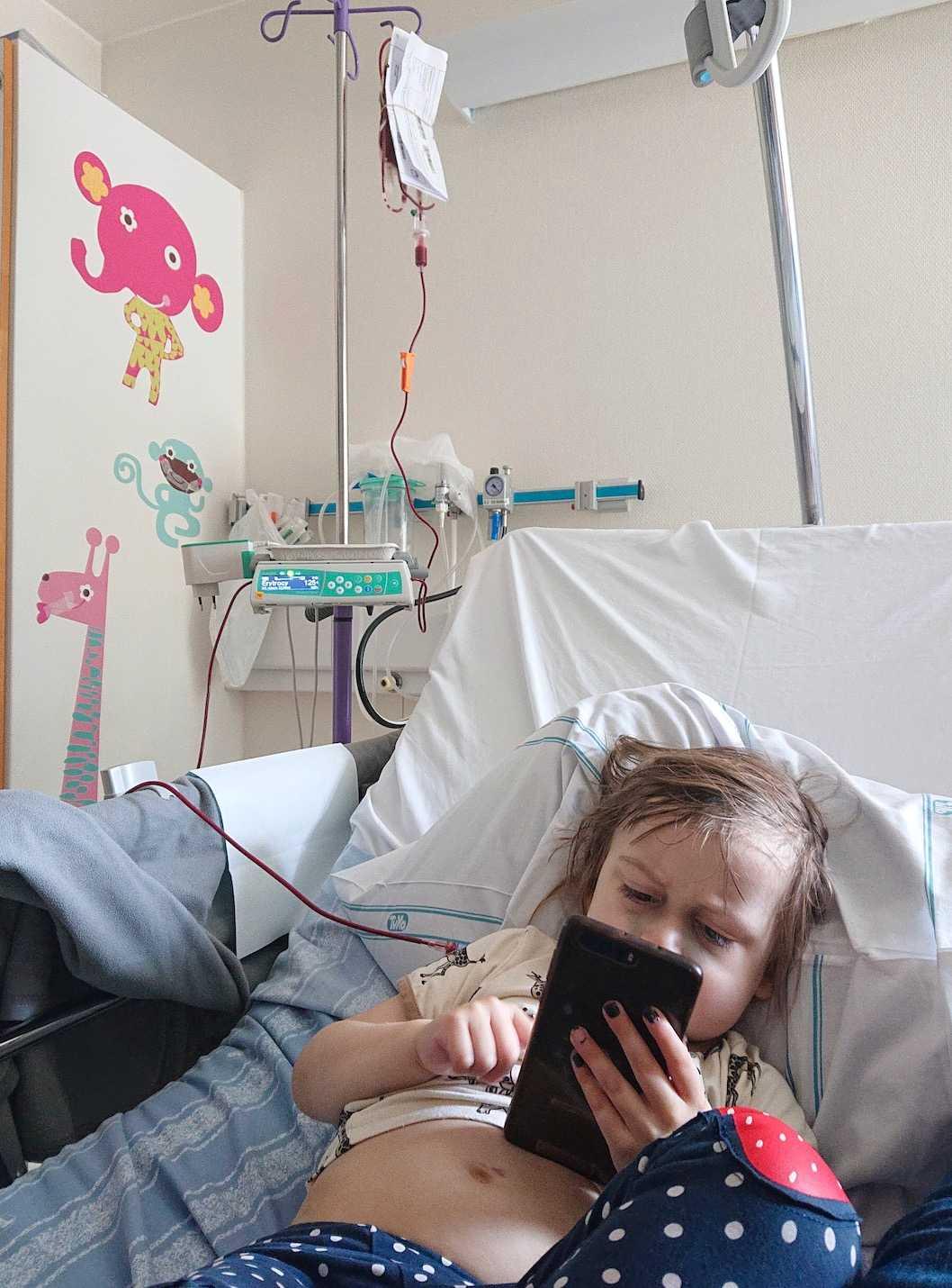 Därefter tillbringade han mycket tid på sjukhus. Han fick en mängd blodtransfusioner och inta antibiotika via dropp.