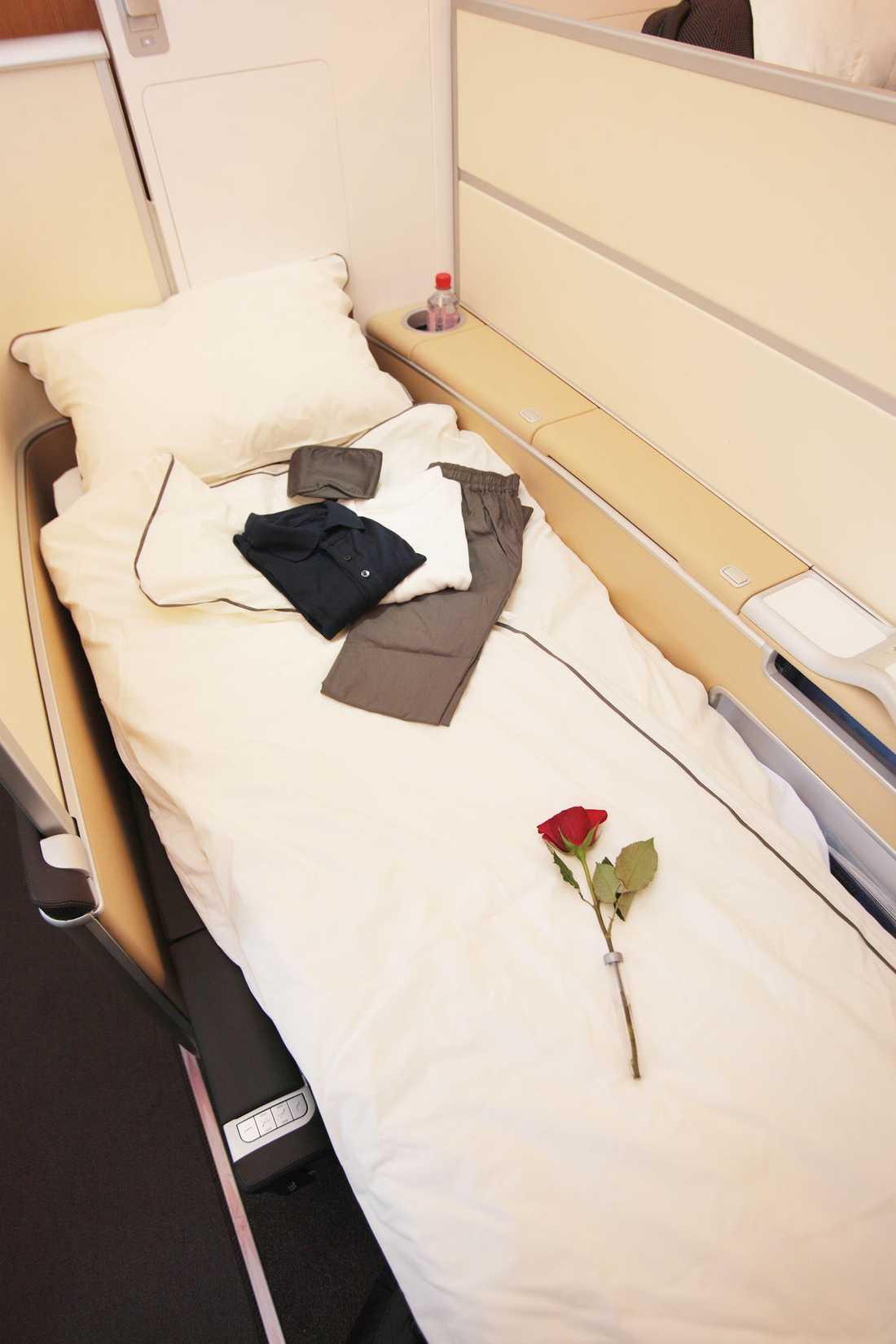 ...och på natten blir stolen till en riktig säng. Men vill du ha det så här skönt kostar det en slant: runt 100000 kronor till exempelvis Sydafrika tur och retur.