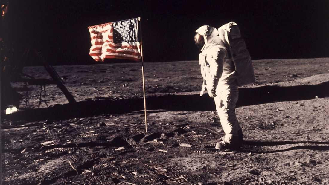 """Svenskättlingen Edwin """"Buzz"""" Aldrin framför den amerikanska flaggan på månen."""