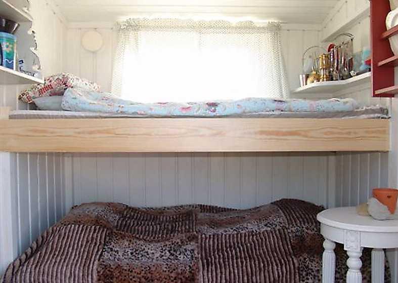 uteplats Invändigt kan man vila i de två sängarna som får plats. Utvändigt har stugan en stenlagd uteplats.
