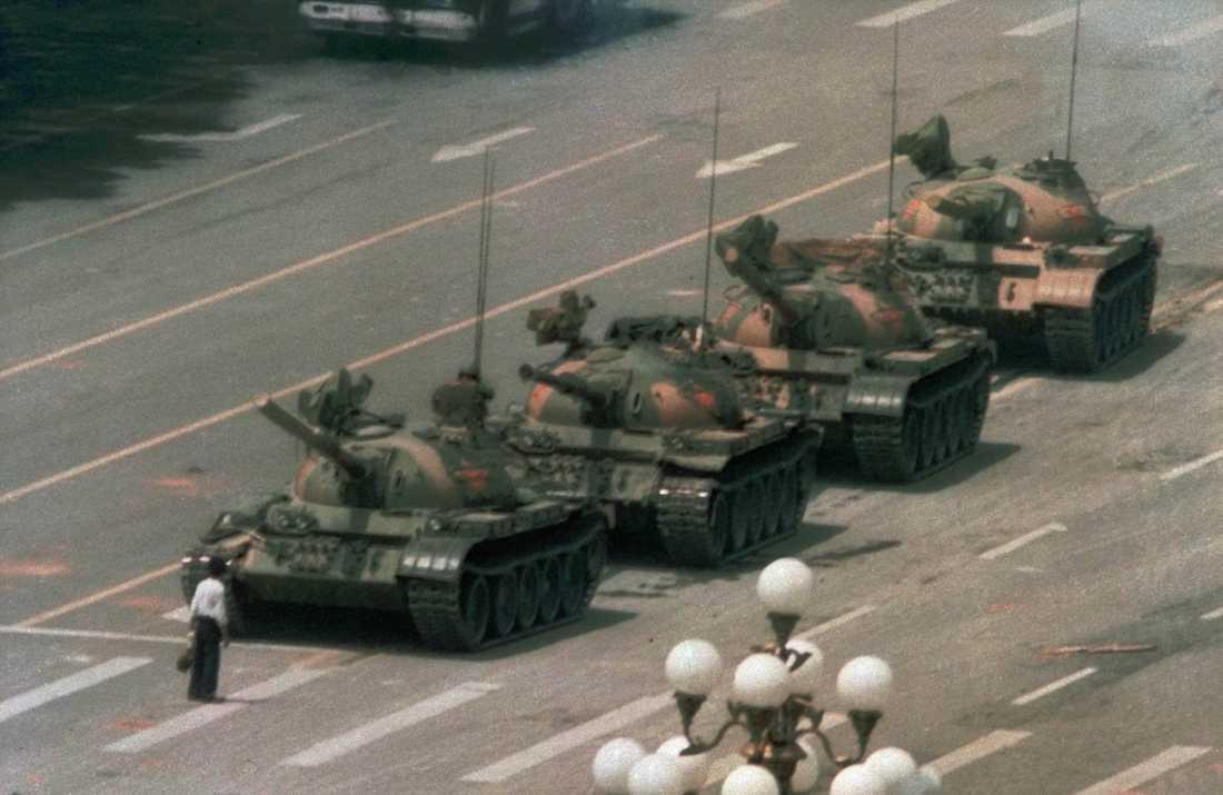 En av 1900-talets mest ikoniska bilder. En kinesisk man protesterar mot våldet genom att ställa sig framför en lång rad stridsvagnar dagen efter massakern den 4 juni 1989 på Himmelska fridens torg i Peking. Mannen ska till slut ha dragits bort av personer i närheten. Arkivbild.