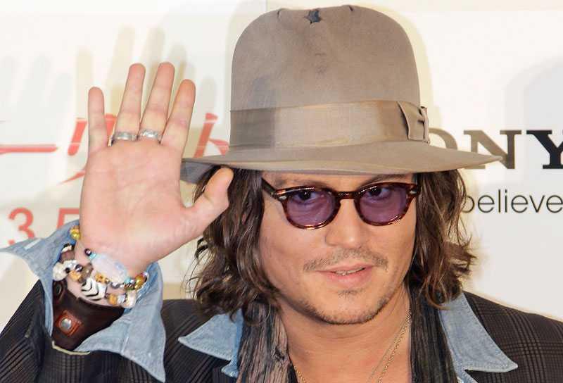 Johnny Depp bär sin hatt som ingen ann'.