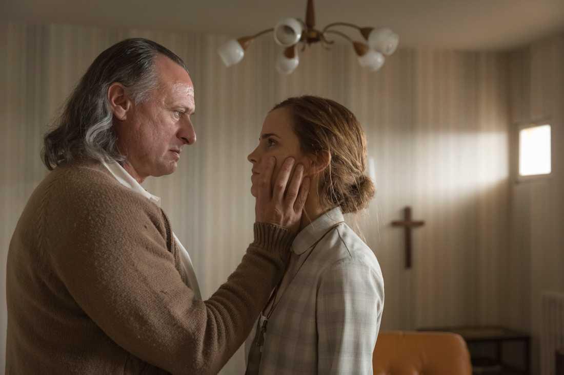 "Michael Nyqvist spelar mot Emma Watson i filmen ""Colonia""."