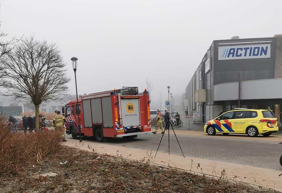 Polis och räddningstjänst på plats utanför provtagningsanläggningen i Bovenkarspel.