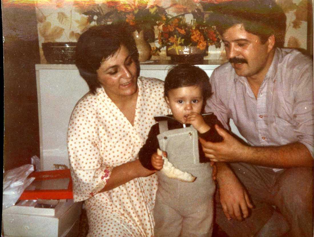 Min mamma och pappa firar min ettårsdag. Bilden är tagen i vår lägenhet i Sarajevo, 1981.