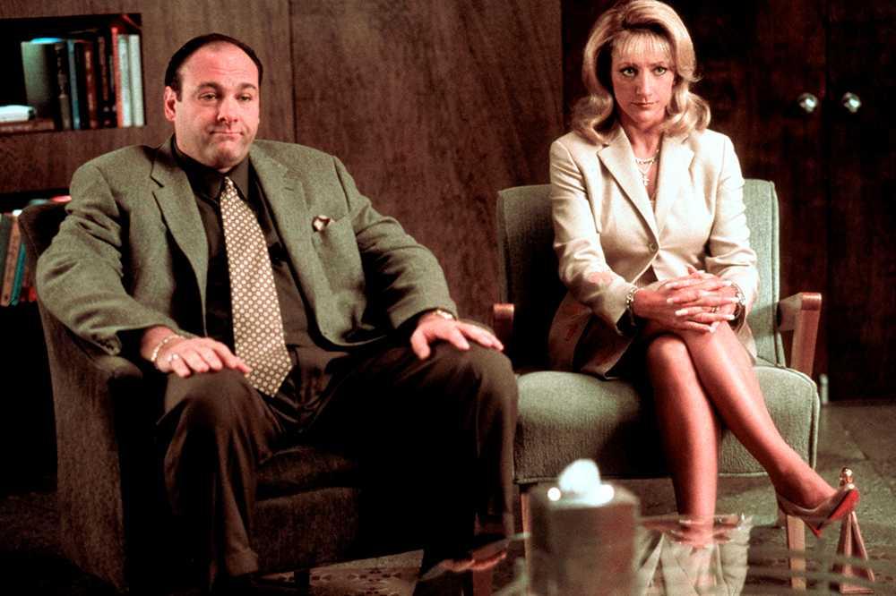 James Gandolfini och Edie Falco under en terapisession. Serien tar sitt avstamp när Tony drabbas av en panikångestattack.