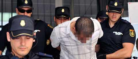 Den häktade mannen förs ut ur rätten.