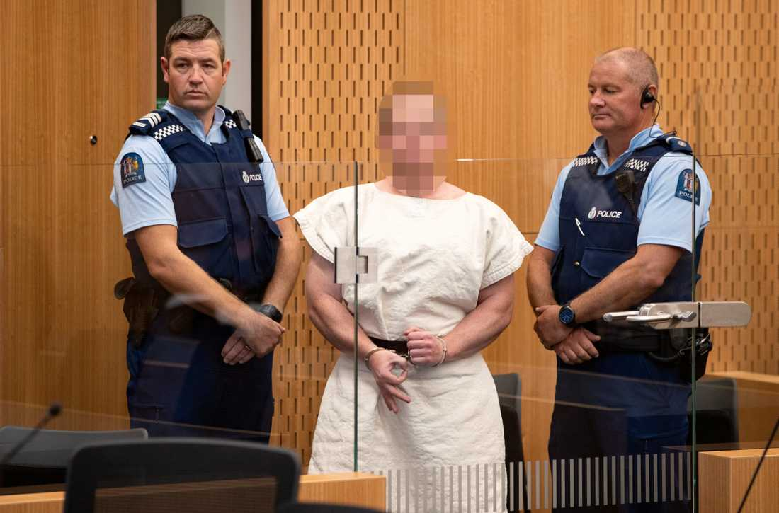 """Brenton Harrison Tarrant, 28,  misstänks för terrorattacken. I rätten gjorde han """"vit makt-tecken"""" och hånlog mot kamerorna. Rätten beslutade att pixla bilderna infrån rättssalen."""