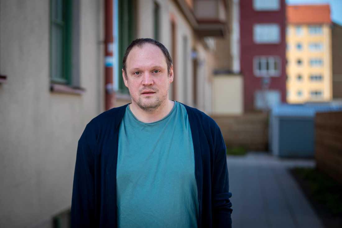 Även under en pågående flygbombning tror jag att svenskar skulle ha svårt att inte må om det sker i solsken och plusgrader, skriver Jonatan Unge.