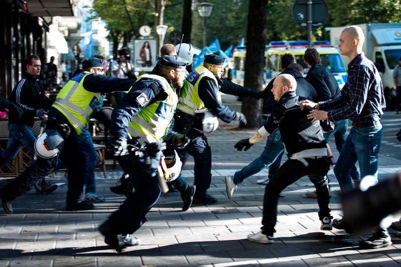 14 SEPTEMBER, STOCKHOLM Nazistiska Svenskarnas parti demonstrerar i Stockholms innerstad och möts av en massiv motdemonstration. Två poliser skadas i tumultet och åtta personer grips, två av dem för misshandel.