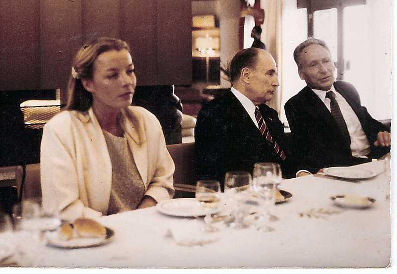 Chris Forsne sitter bredvid François Mitterand (th). Hon är hans privata sällskap på en officiell resa till dåvarande Zaire och president Joseph Mobutu 1982.