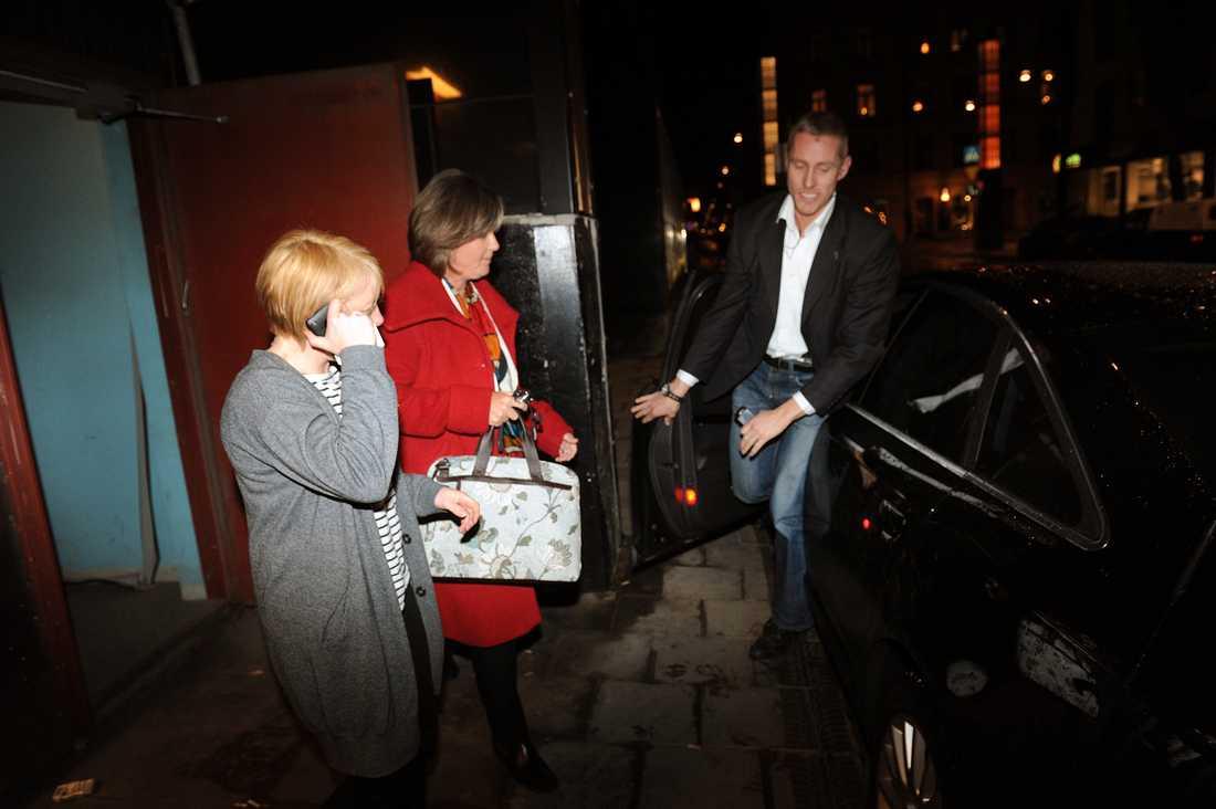 Bråttom Socialdemokraternas Carin Jämtin tog bakvägen när hon lämnade partihögkvarteret. Enligt hennes pressekreterare Odd Guteland kan VU:s möte fortsätta efter SVT:s Agenda i kväll.