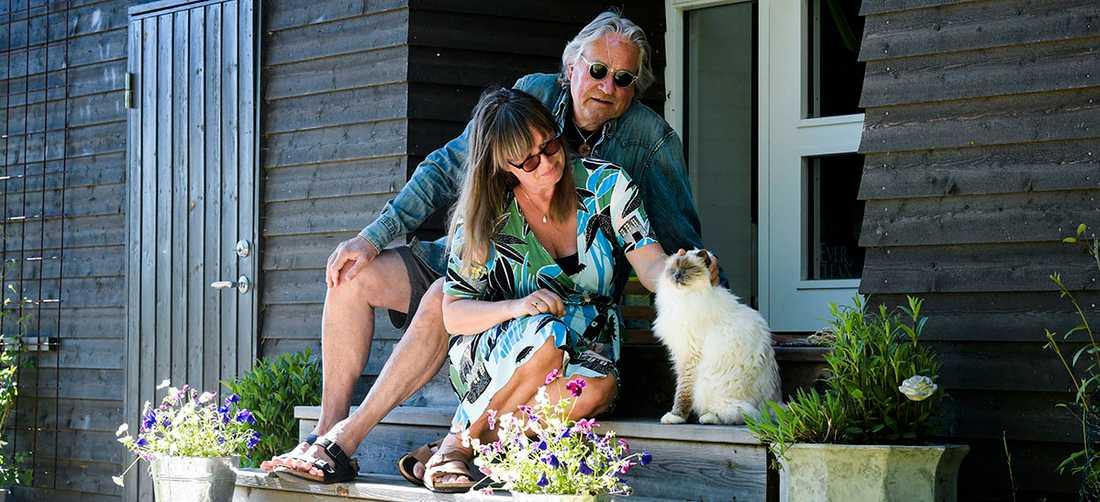 När intervjun gjordes levde Rolf och Cilla Börjlind i karantän i sitt hus på Tynningö i Stockholms skärgård.