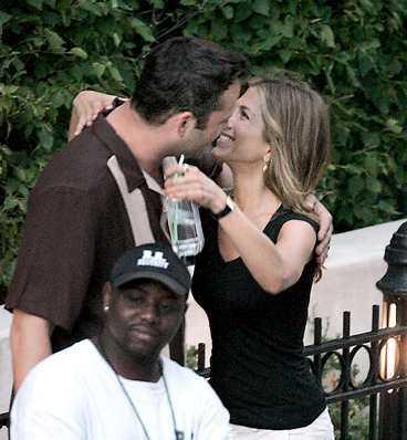 Aniston ger Vince en puss. Aftonbladet avslöjade redan i februari att paret dejtar.