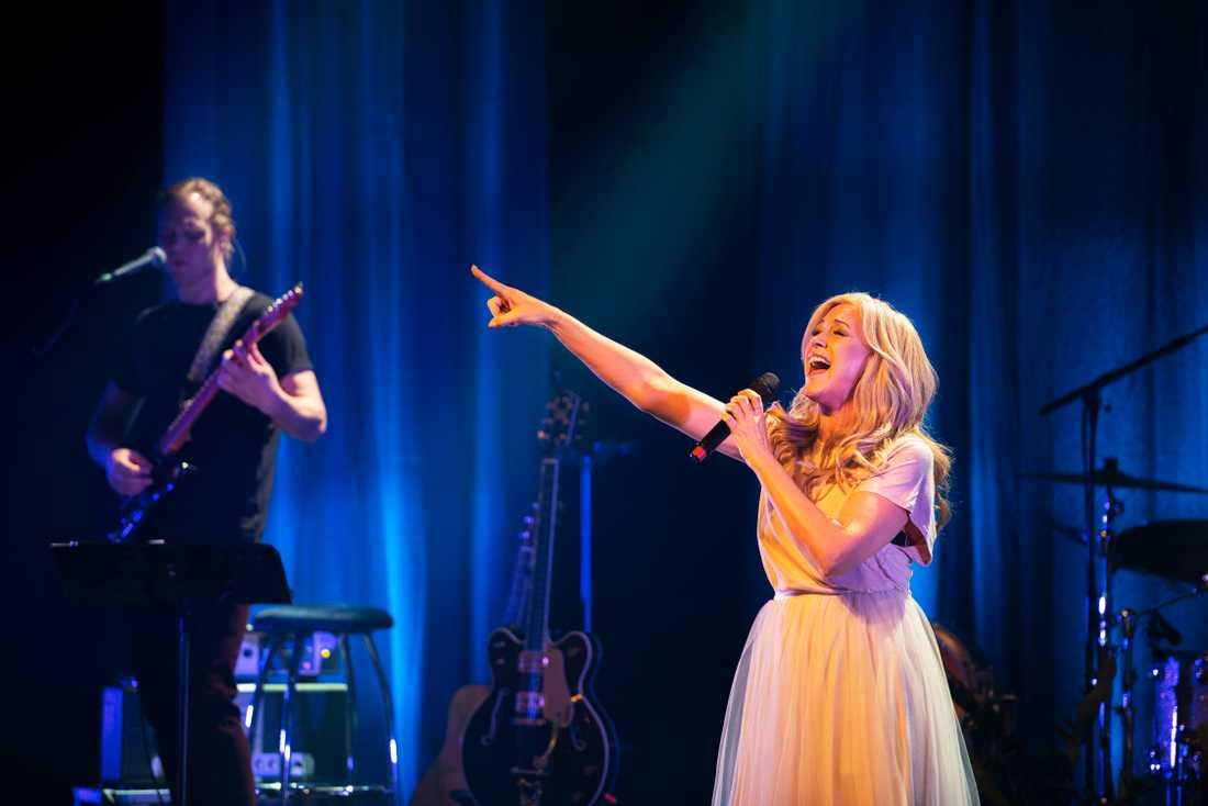 Jessica Andersson imponerar i sin första soloshow någonsin.