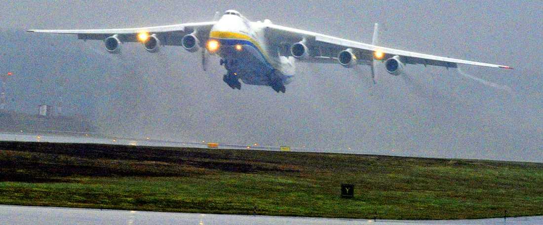 Lastplanet Antonov 225 mellanlandade i dag på Arlanda – på eftermiddagen lyfte det i regnet.