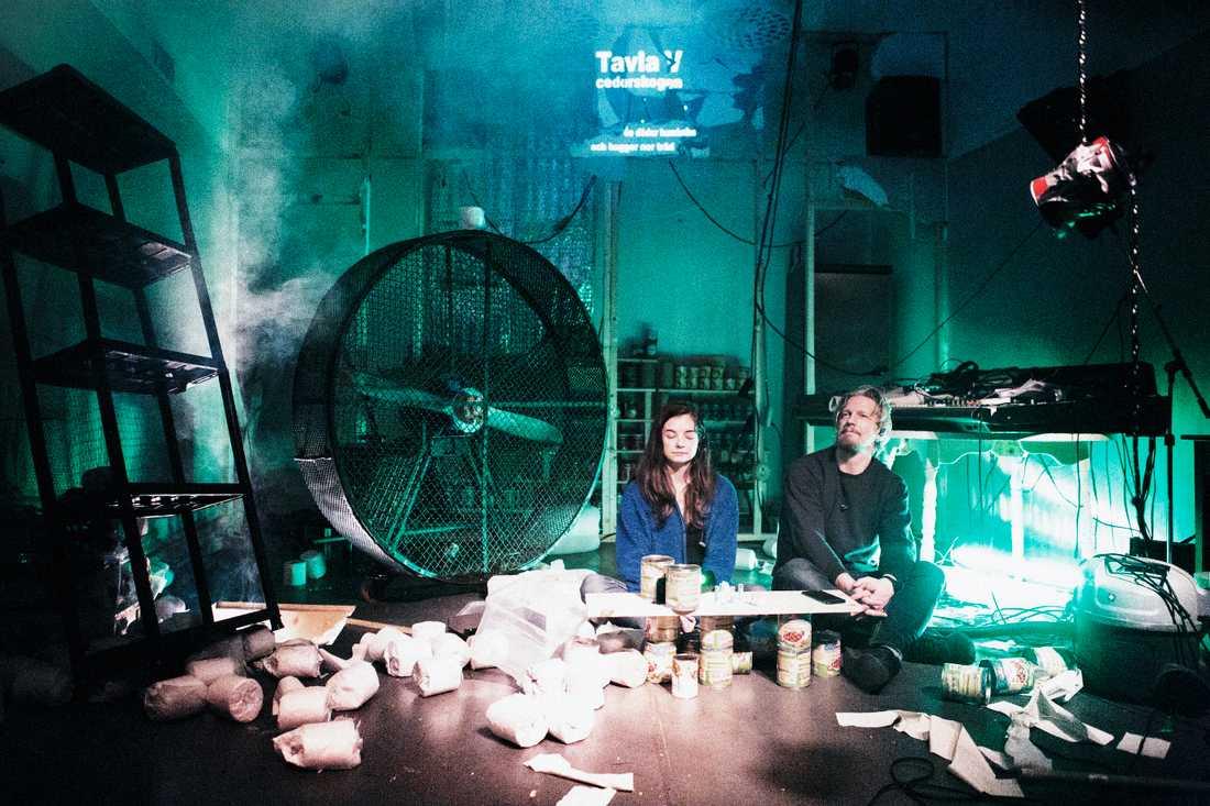 """Ludde Hagberg och Louise Peterhoff i """"Gilgamesh"""" på Moment teater i Gubbängen."""