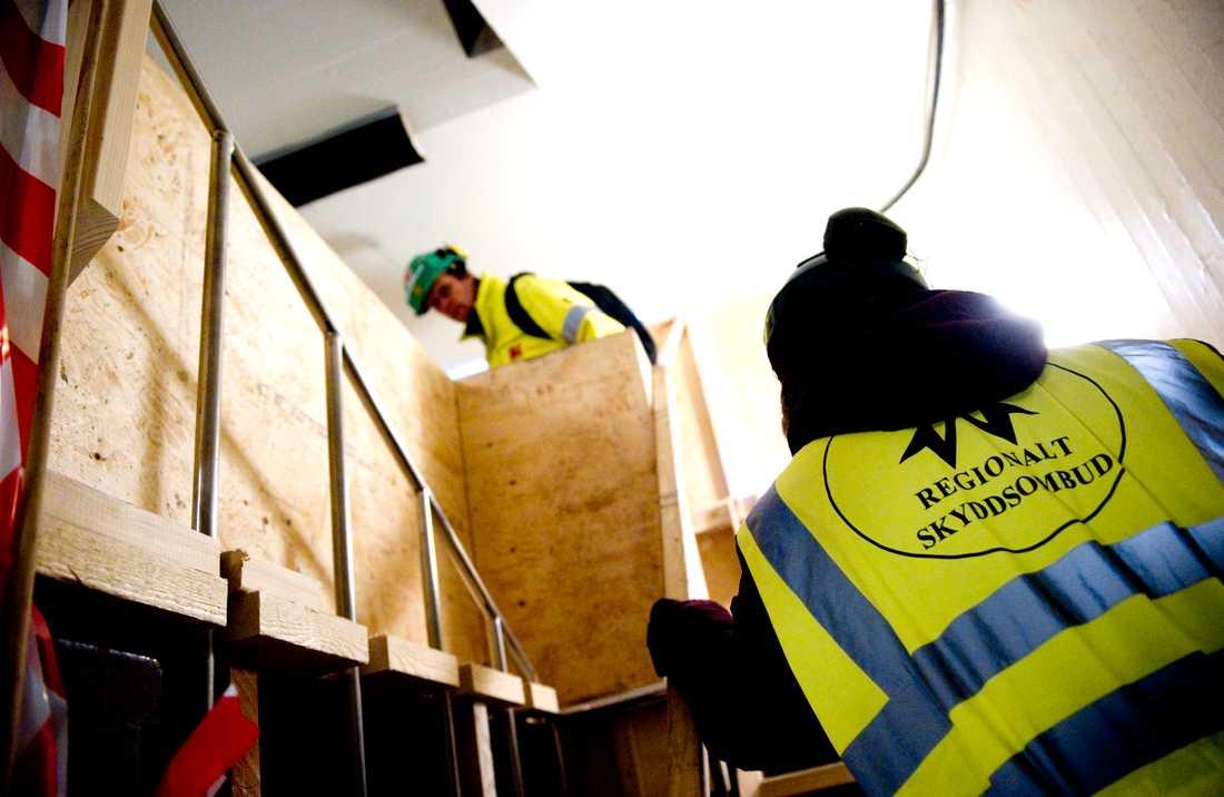 Skyddsombud kontrollerar bygge inne på KTH- området.