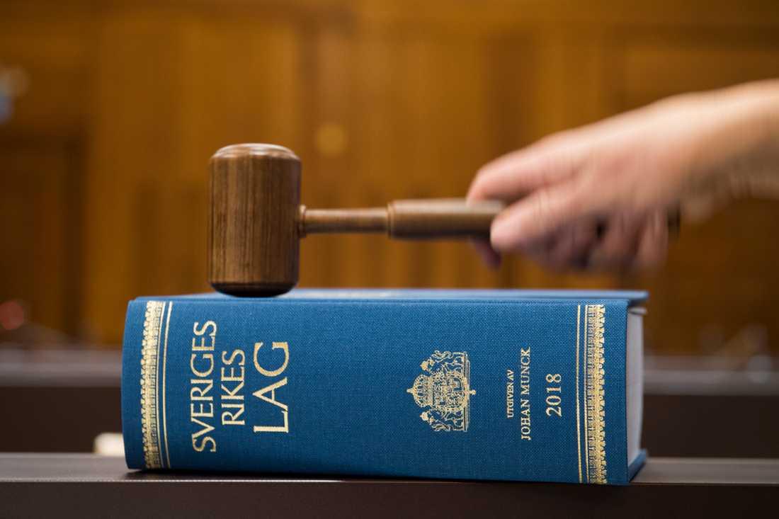 Fem personer döms för att ha varit inblandade när 5000 bluffakturor, alla med beloppet 7500 kronor, skickades ut. Två män döms till fängelse. Arkivbild.