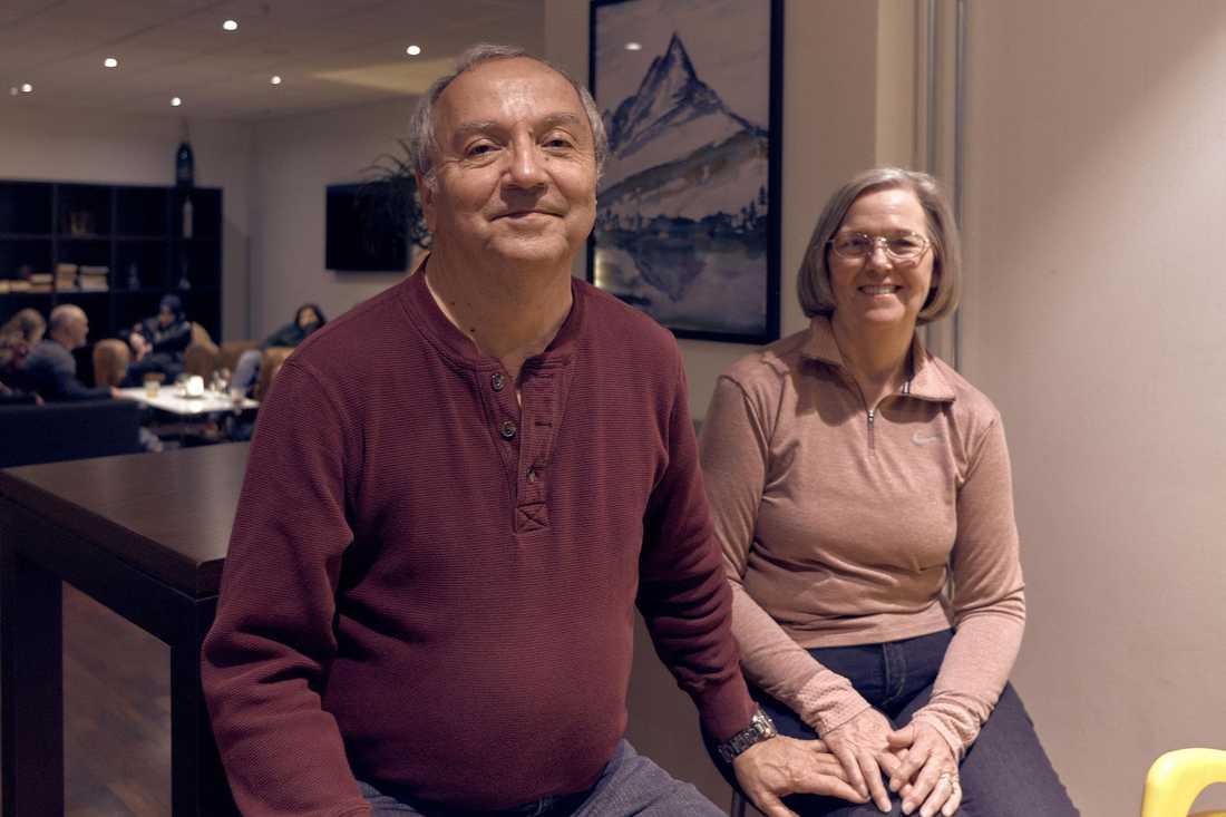 """Paret Danny och Judith Bates berättar om hur det var att sitta fast på haverifartyget. """"Fartyget tippade, samtidigt slog en våg in över däck""""."""