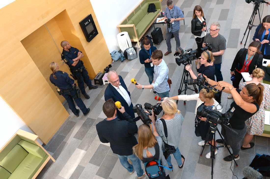36-åringens advokad Per-Ingvar Ekblad intervjuas av media i samband med häktningsförhandlingarna i Västerås Tingsrätt.