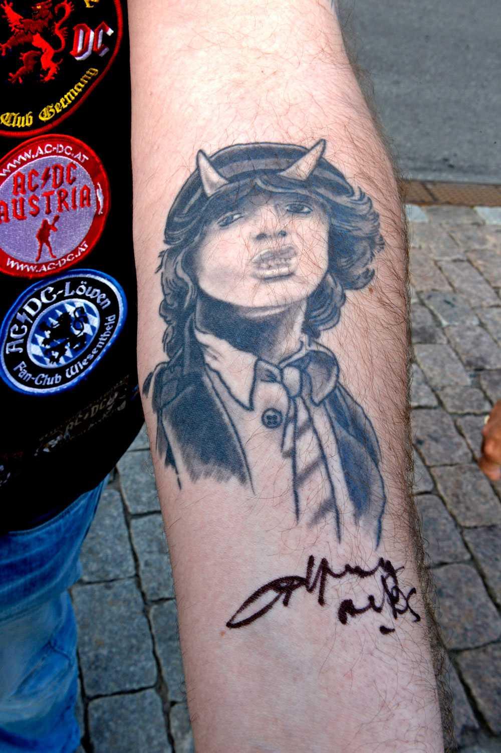 Henk från Bergen fick en autograf av Angus Young på armen. Nu ska han få autografen tatuerad.