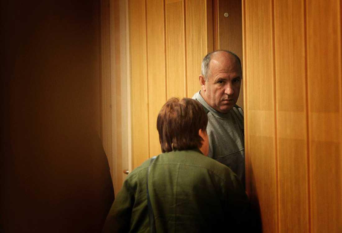 Sadidin Zeka. Skar halsen av sin hustru som ville skiljas. Han hade druckit alkohol flera dagar i rad. De två barnen var hemma då dådet skedde, i Nybro. Dömd 2006