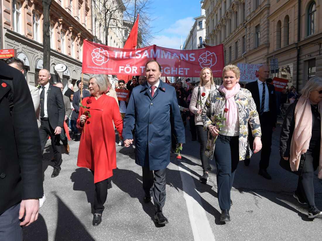 Socialdemokraternas partiordförande Stefan Löfven med bland andra hustrun Ulla Löfven (t v) går i förstamajtåg i Stockholm 2018.