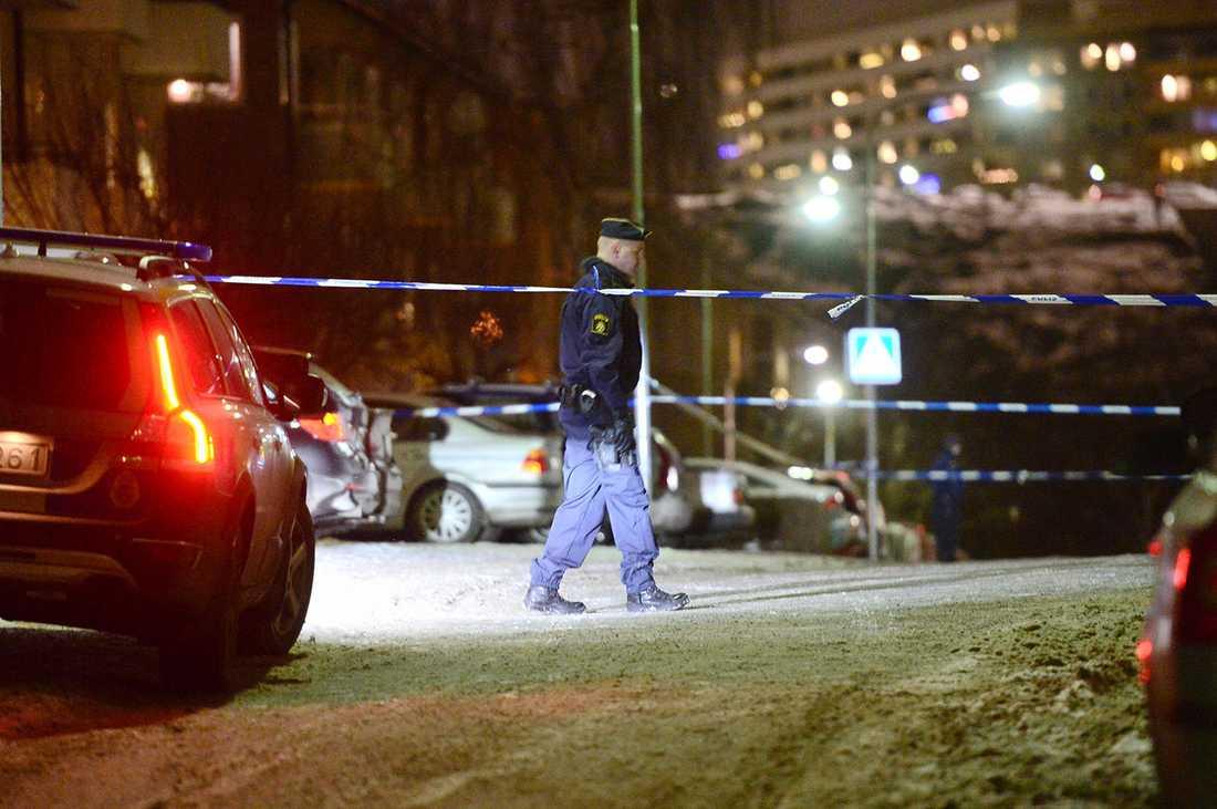 Polisen har spärrat av vid platsen.
