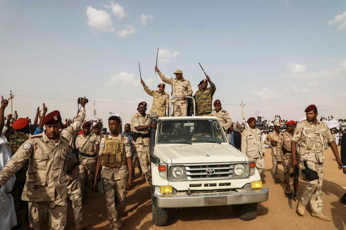 General Mohammed Hamdan Dagalo vinkar till folket. Han träder alltmer fram som Sudans verklige ledare.