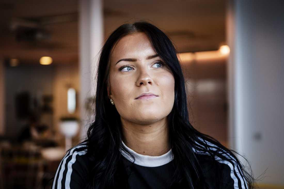Lönegapet mellan herr- och damhockeyspelare är väldigt stort. Fullt rimligt tycker SDHL-målvakten Sofia Reideborn.