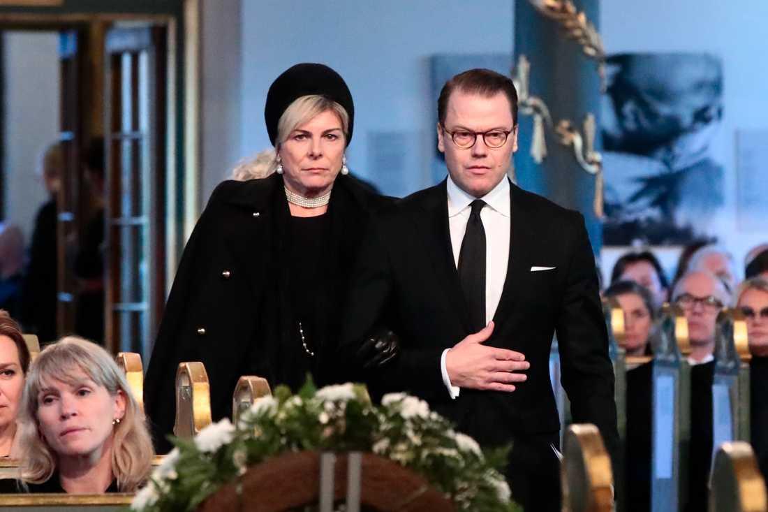 Begravningen av Ari Behn i Oslos domkyrka på fredagen. Prins Daniel anländer tillsammans med Petra Laurentien Brinkenhorst av Holland.