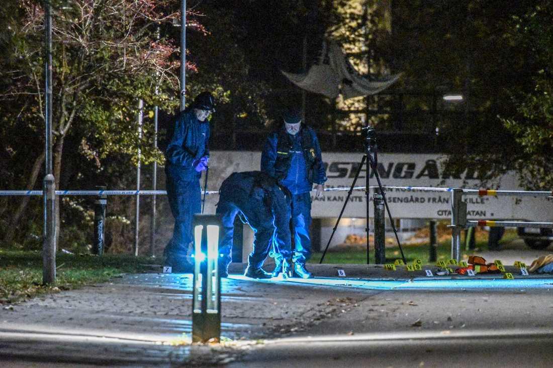 Polisens tekniker undersöker brottplatsen på Annelundsgatan sedan två personer skjutits vid två separata skottlossningar i Malmö under onsdagskvällen.