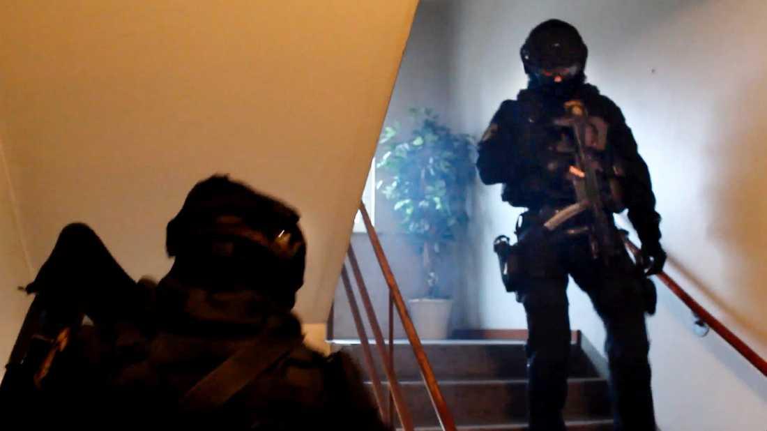 Polisen slår till mot en av de misstänkta för trippelmordet i Uddevalla.