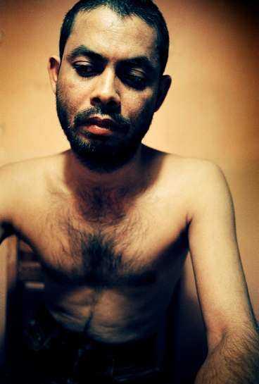 """""""jag dör hellre"""" """"Jag har förlorat elva år av mitt liv"""", viskar Abdul Motaleb. Han var 20 år första gången han torterades efter en studentdemonstration i Bangladesh. Sedan dess har hans liv varit en ständig flykt. Nu är han 31 år och säger att han inte klarar av att torteras en gång till. """"Jag dör hellre här i min säng""""."""