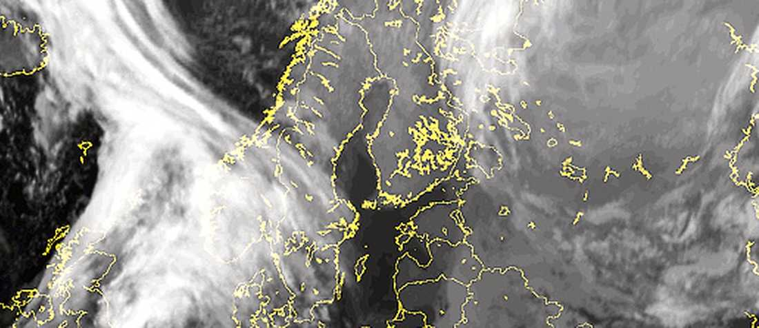 SLÅR TILL Klockan 01.00 i går natt: Snöovädret är på väg in över Sverige. SMHI utfärdade i går en klass 1-varning över hela Svealand och delar av Götaland.