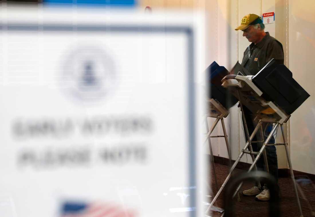 Randy Wick förtidsröstar i mellanårsvalet i Bloomingdale.