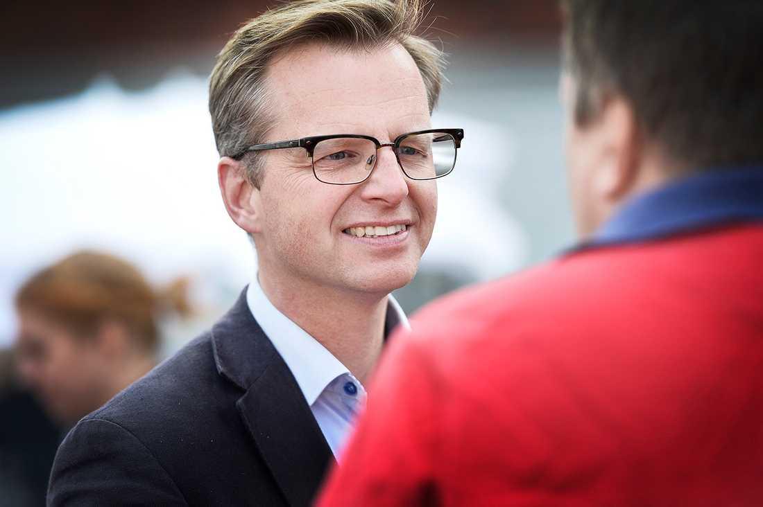 Mikael Damberg under en kampanj i Umeå.