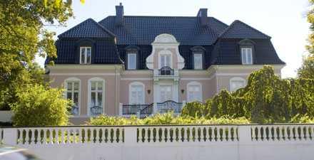 Den 500 kvadratemeter stora patriciervillan i vitt och rosa med utsikt över Öresund har en tomt på 1854 kvadratmeter.