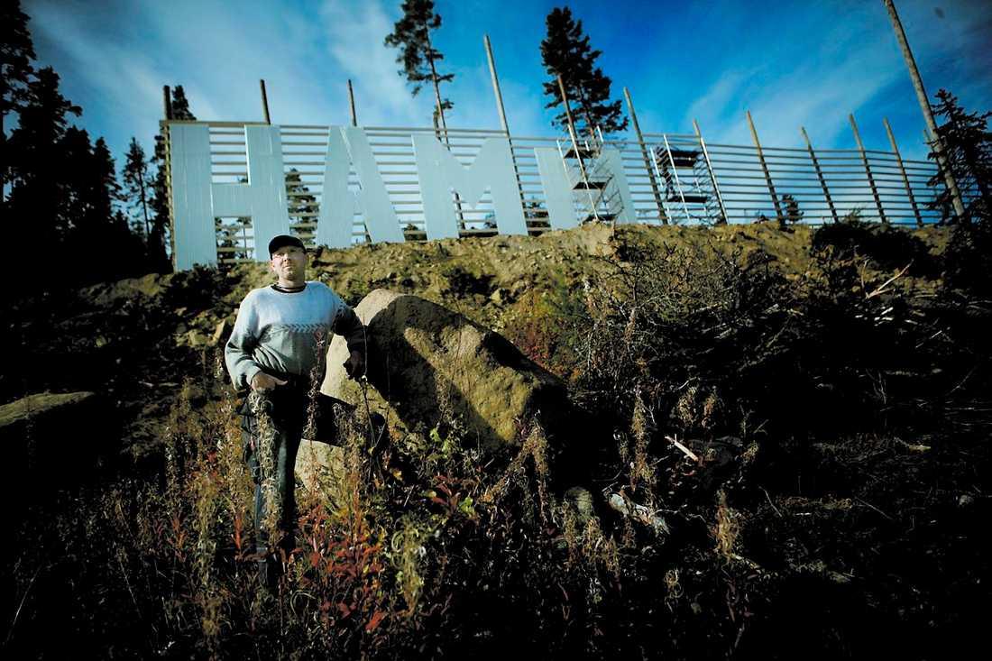 Storslagen framtidsvision Trots de vilda protesterna snickrar vikarierande kommunalrådet Mikael Westin (c) lugnt vidare på den åtta meter höga, Hollywoodinspirerade Hammarstrandsskylten.