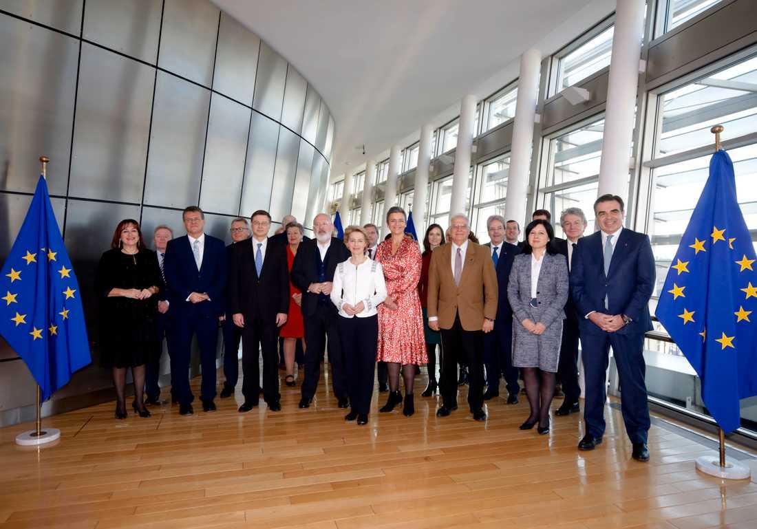 Den nya EU-kommissionen under Ursula von der Leyen (i vitt i mitten) inför sitt första sammanträde i Bryssel.