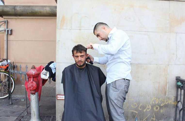 Tohid Kazemkhani klipper hemlösa på Köpenhamns gator – gratis.
