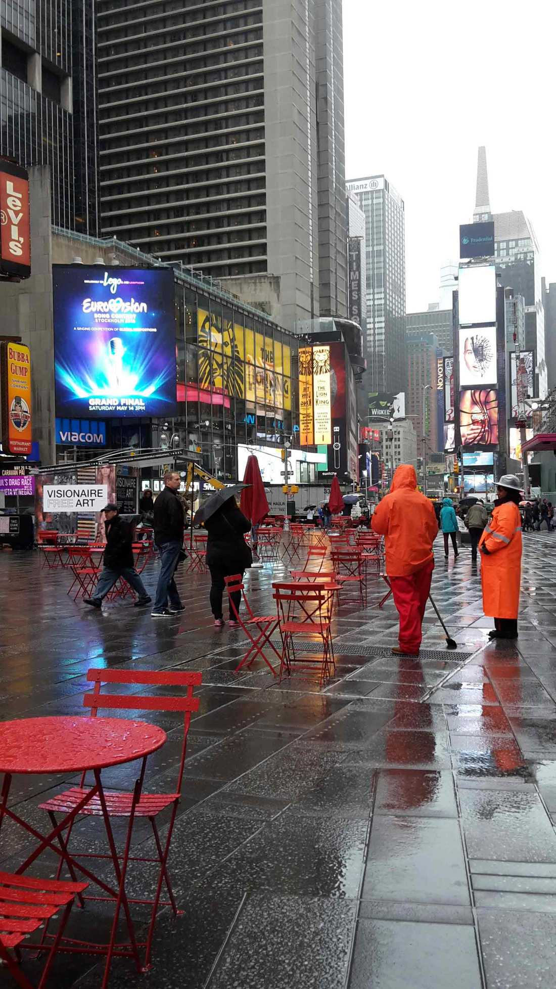 Eurovision-skylten lyser upp ett gathörn invid Times Square i New York.