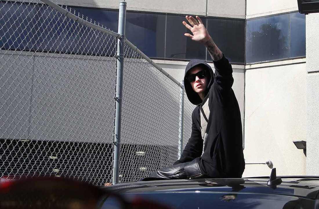 Här lämnar Bieber fängelset – och vinkar till fansen.