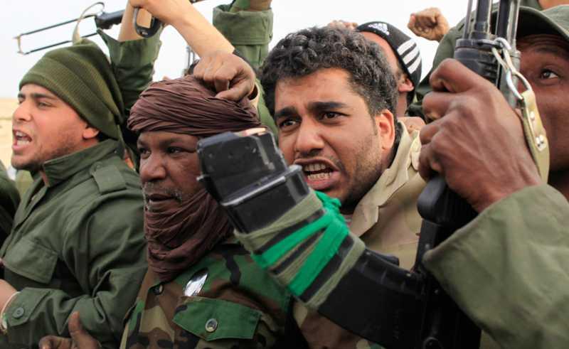 Gaddafis soldater visar sitt stöd för regimen nära staden Ajdabiyah.